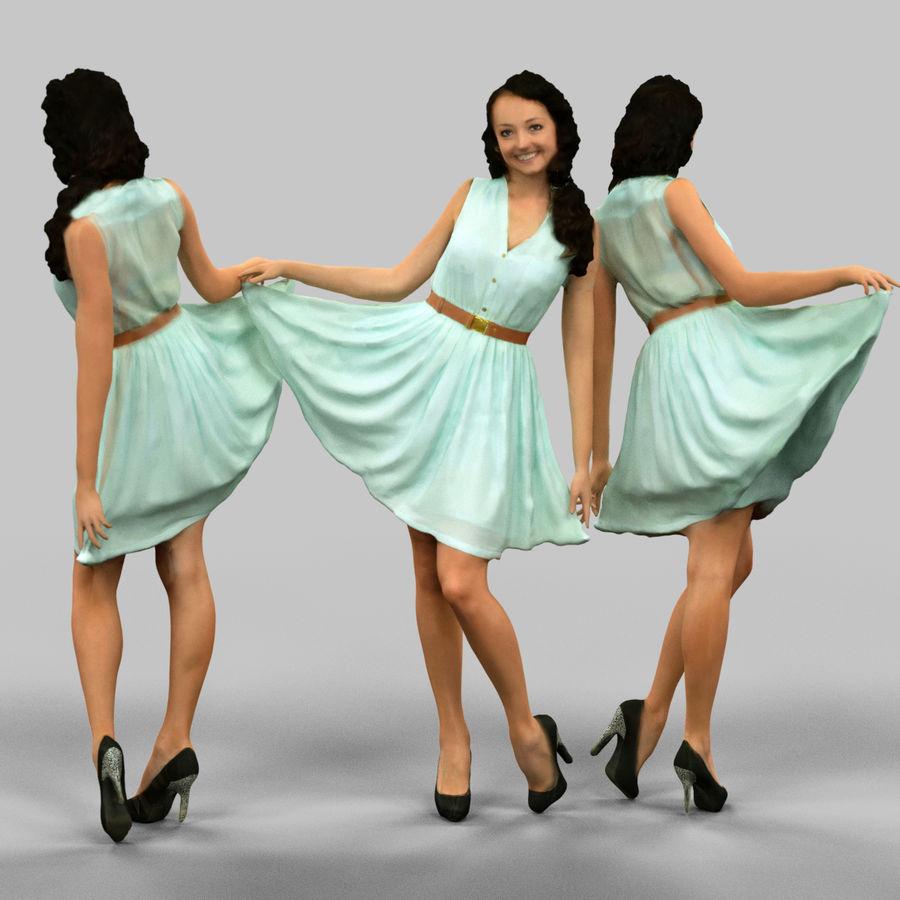 Девушка на улице снимает платье